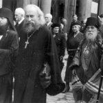 Архимандрит Исаакий, прот. Михаил, Епископ Сергий и прихожане идут из Свято-Николаевского храма в подворье. 5 июля 1940 года.