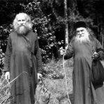 В лесу, военный период. Отец Михаил Васнецов с Епископом Сергием (Королёвым)