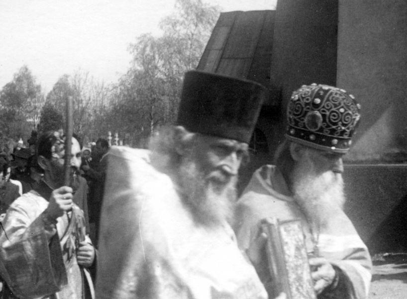 На Ольшанском кладбище в Праге с архимандритом Иннокентием. Примерно 1946–1947 годы.